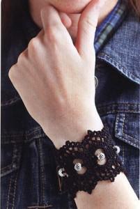 вязаный браслет с бусинами