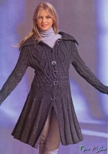 Теплое пальто вязаное спицами