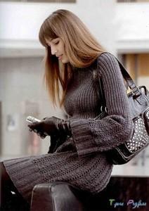 Платье вязаное с полосками из кос и ажура