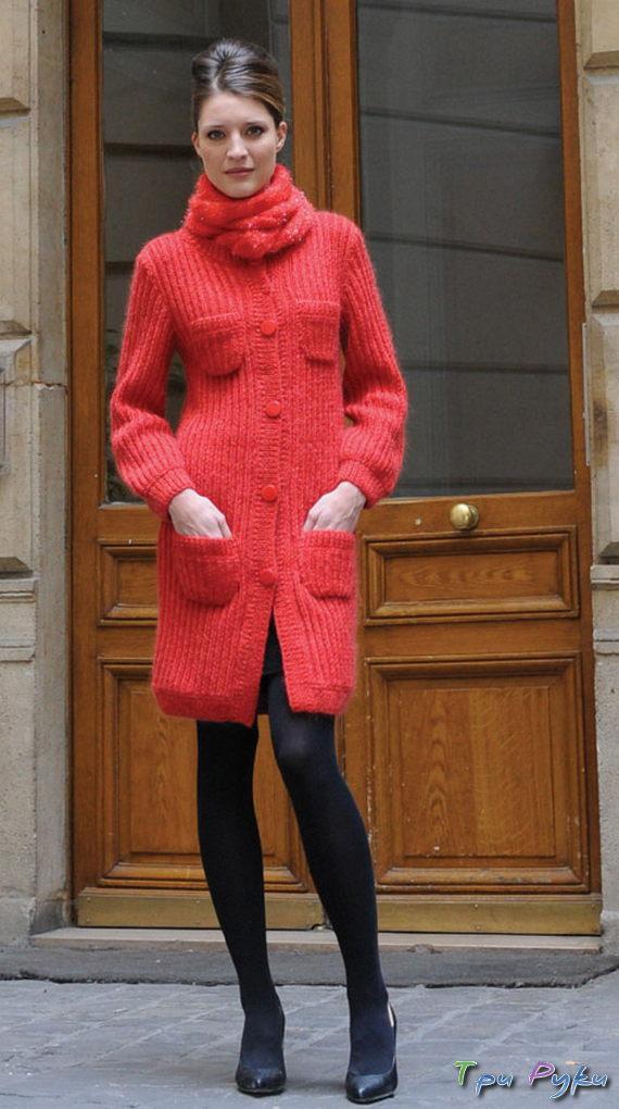 Красное пальто вязаное спицами
