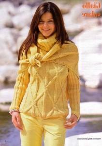 Пуловер и платок цвета мимозы.