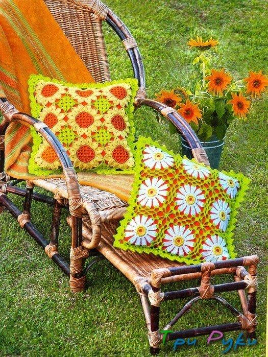 Яркие вязаные подушки (3)
