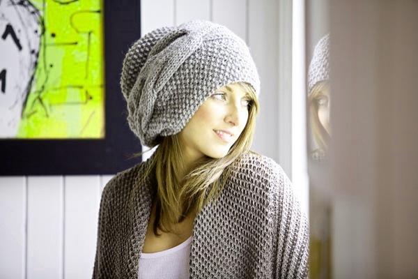 Вяжем спицами стильную шапку