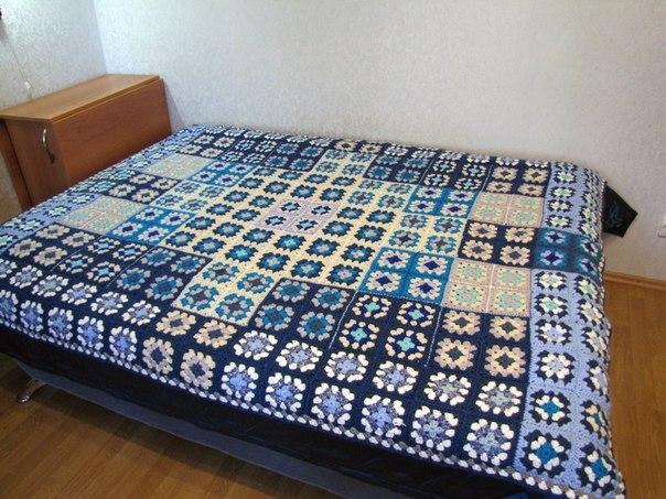 Голубое красивое покрывало на пастель