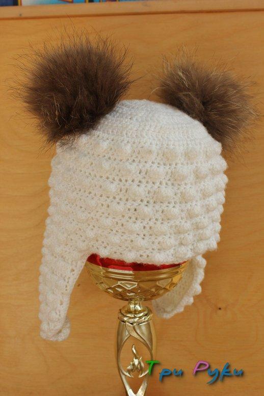 Белая шапка с помпонами