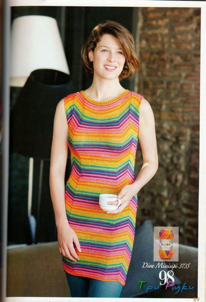 Эффектное и простое для вязания спицами платье.