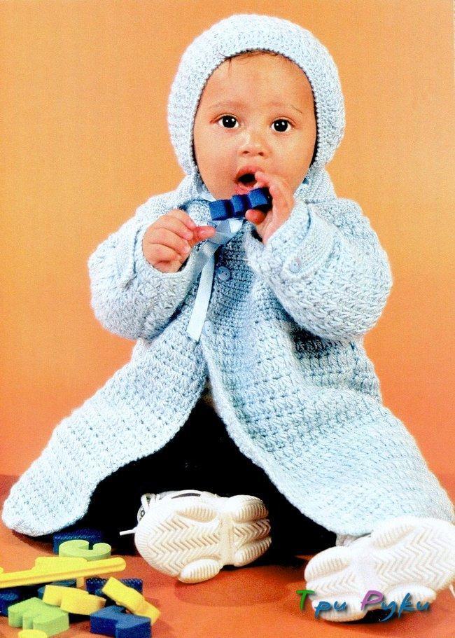 Комплект для малышей состоит из шапочки и вязаного пальто