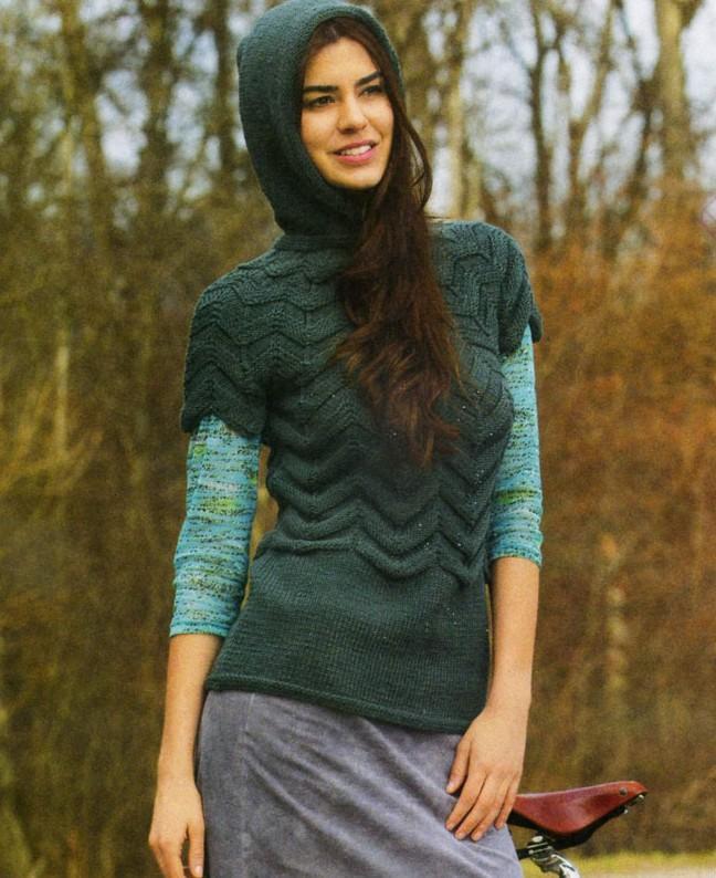 Пуловер с кокеткой и капюшоном