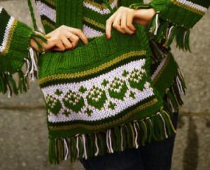 Сумка с этническим узором, связанная спицами - этот яркий аксессуар идеально завершит ваш образ. а связать ее -проще простого!  Размер: 32 см на 25 см.  Вам потребуется в общей сложности 120 г пряжи Камтекс «Пышка» (100% шерсти; 110 м/100г) из них: 100 г зеленого цвета, 20 г темно-зеленого цвета;  В общей сложности 70 г пряжи Камтекс «Ромашка» (50% шерсти, 50% акрила; 70м/100г) из них: 50 г серого цвета, 20г болотного цвета;  спицы №5;  вспомогательная спица №5.